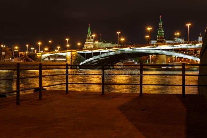 Άποψη της γέφυρας και της Μόσχας Κρεμλίνο Bolshoy Kamenny με το φωτισμό νύχτας σε ένα υπόβαθρο της αποβάθρας σκαφών αναψυχής στοκ εικόνες με δικαίωμα ελεύθερης χρήσης