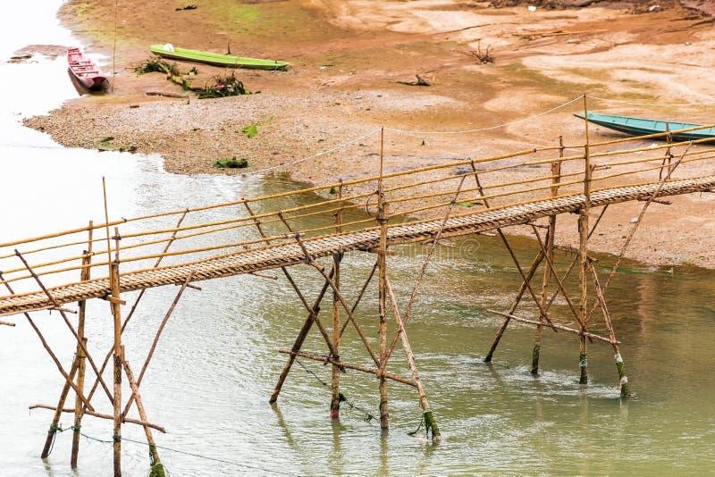 Άποψη της γέφυρας μπαμπού στον ποταμό Nam Khan, Luang Prabang, Λ στοκ εικόνες