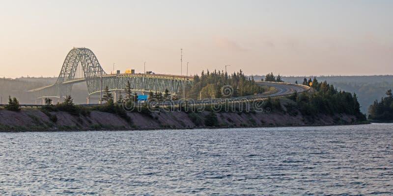 Άποψη της γέφυρας νησιών σφραγίδων που εκτείνεται τους μεγάλους στηθοδέσμους Δ ` ή στοκ εικόνες