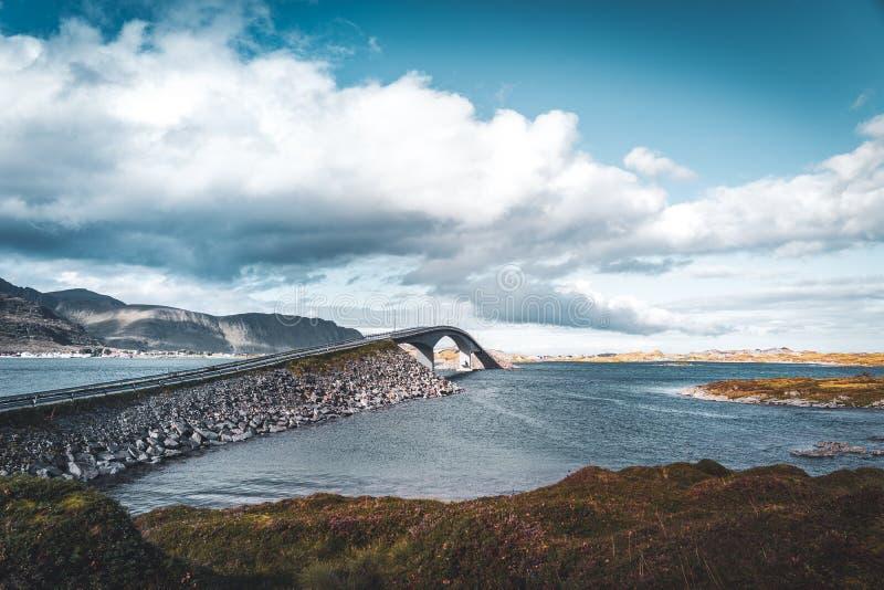 Άποψη της γέφυρας πέρα από τη θάλασσα και των βουνών στα νησιά Lofoten, Νορβηγία Κορυφογραμμή Hamnoy στο ηλιοβασίλεμα το χειμώνα  στοκ εικόνες