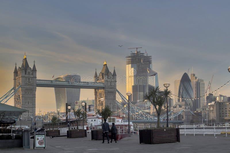 Άποψη της γέφυρας πύργων από το ανάχωμα στο ηλιοβασίλεμα στοκ εικόνες