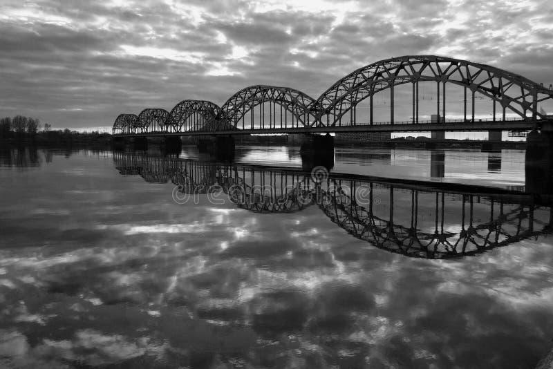 Άποψη της γέφυρας σιδηροδρόμων πέρα από τον ποταμό Daugava στοκ εικόνα