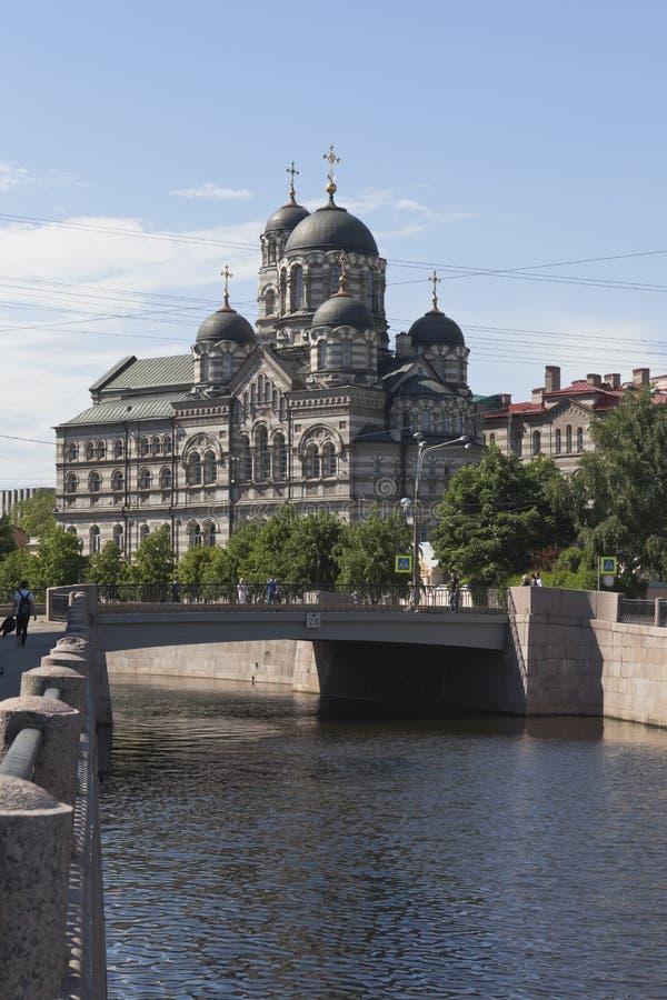Άποψη της γέφυρας Karpovsky και της μονής του ST John ` s Stauropegial στη Αγία Πετρούπολη στοκ εικόνα με δικαίωμα ελεύθερης χρήσης