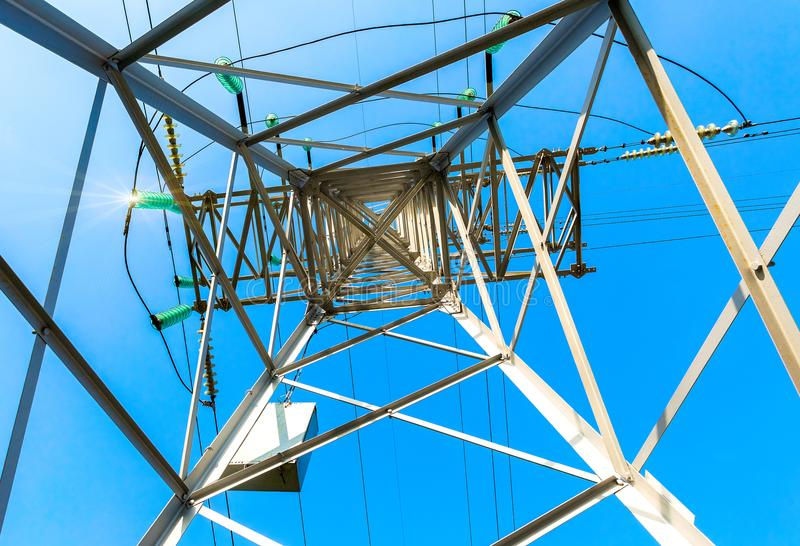 Άποψη της δομής κάτω από τον πύργο μετάδοσης δύναμης Γεια στοκ φωτογραφία