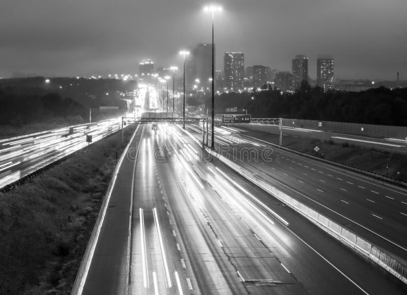Άποψη της εθνικής οδού 401 στο Τορόντο, Καναδάς σε γραπτό στο ρ στοκ εικόνα