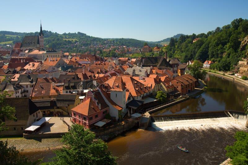 Άποψη της εκκλησίας και του ιστορικού κάστρου σε Cesky Krumlov, τσεχικό Repub στοκ φωτογραφία με δικαίωμα ελεύθερης χρήσης