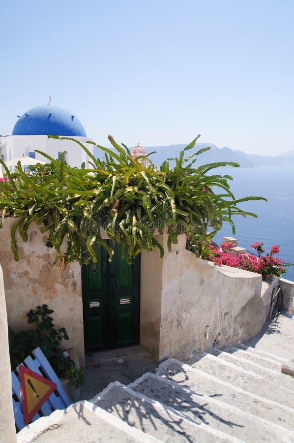 Άποψη της εκκλησίας στην Oia Santorini στοκ φωτογραφίες