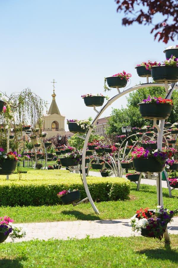 Άποψη της εκκλησίας του αρχαγγέλου Michael από το πάρκο λουλουδιών στο κέντρο πόλεων Ηλιόλουστη θερινή ημέρα στοκ φωτογραφίες με δικαίωμα ελεύθερης χρήσης