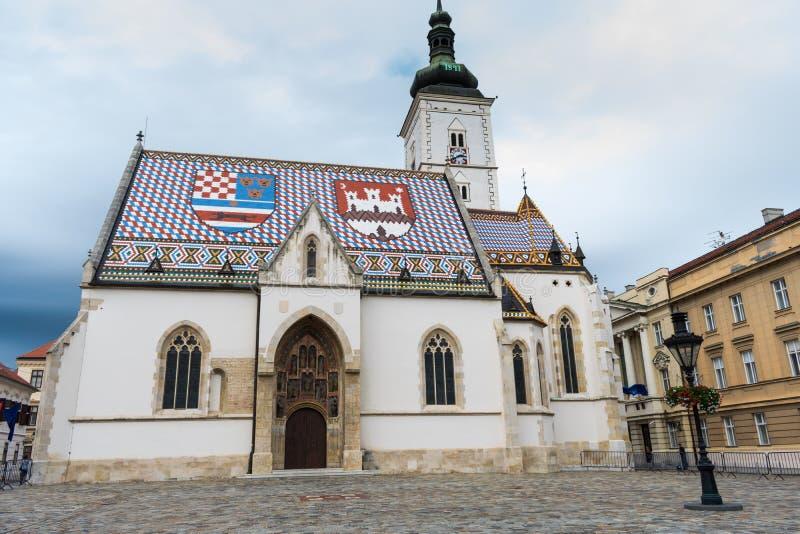 Άποψη της εκκλησίας του διάσημου σημαδιού του ST στην ανώτερη πόλη Ζάγκρεμπ, Κροατία στοκ εικόνα