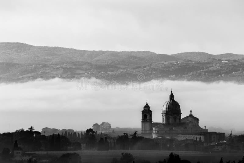 Άποψη της εκκλησίας Assisi Angeli degli της Σάντα Μαρία ενάντια σε μια πλάτη στοκ εικόνες