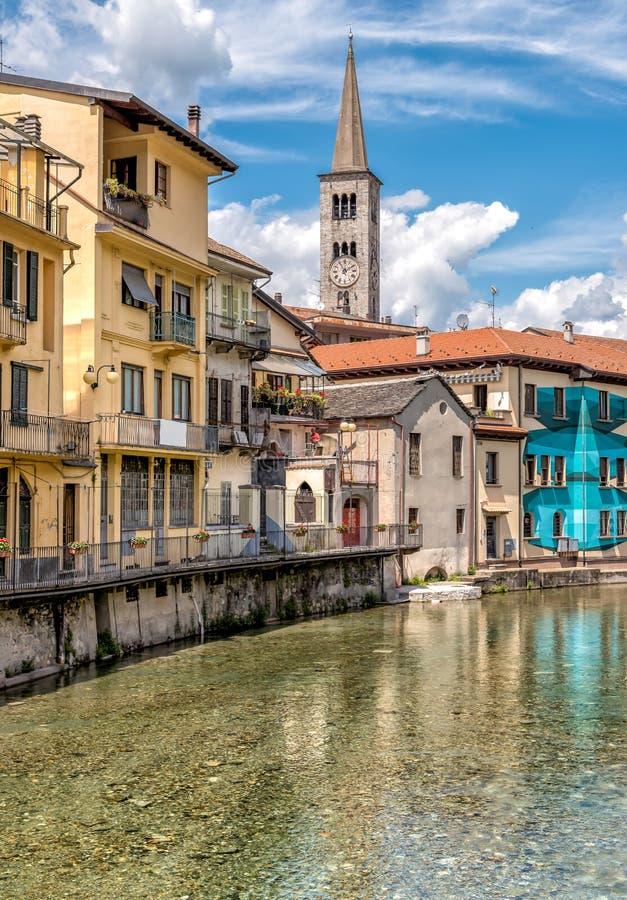 Άποψη της εκκλησίας Sant Ambrogio στο ιστορικό κέντρο Omegna, Piedmont, Ιταλία στοκ φωτογραφίες με δικαίωμα ελεύθερης χρήσης