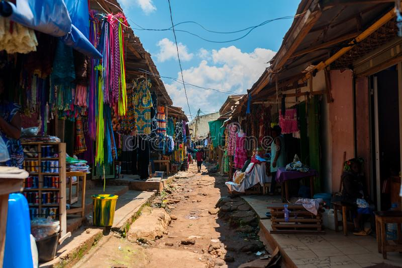 Άποψη της ζωηρόχρωμης υπαίθριας αγοράς οδών στο doula Καμερούν κατά τη διάρκεια της ηλιόλουστης ημέρας με τα παραδοσιακά ενδύματα στοκ εικόνα με δικαίωμα ελεύθερης χρήσης