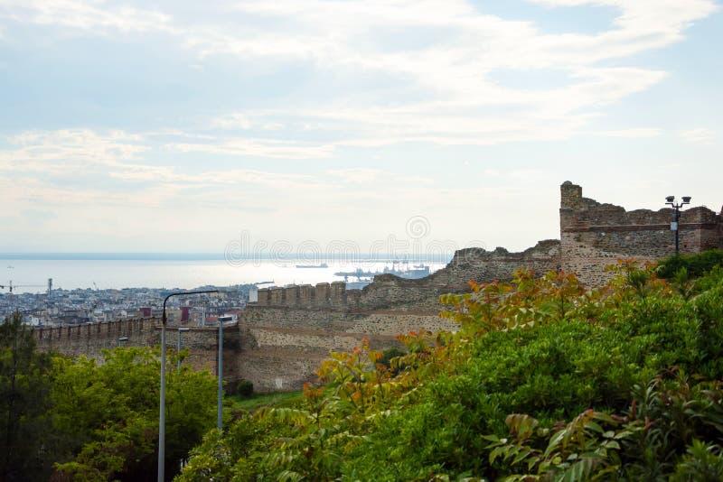 Άποψη της θάλασσας και των τοίχων φρουρίων του πύργου Trigonion στο Ano Poli - ανώτερη πόλη σε Θεσσαλονίκη, Ελλάδα στοκ φωτογραφίες με δικαίωμα ελεύθερης χρήσης