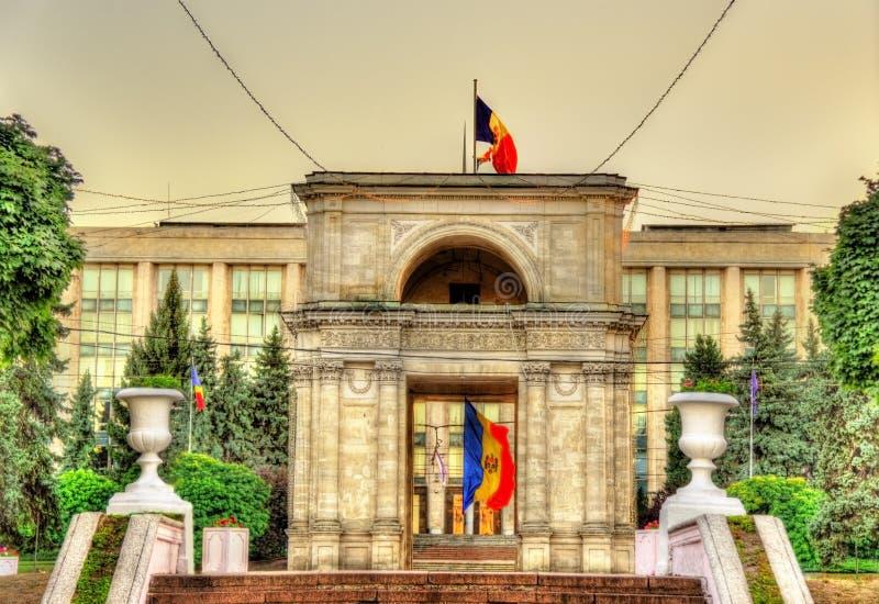 Άποψη της θριαμβευτικής αψίδας σε Chisinau στοκ εικόνα