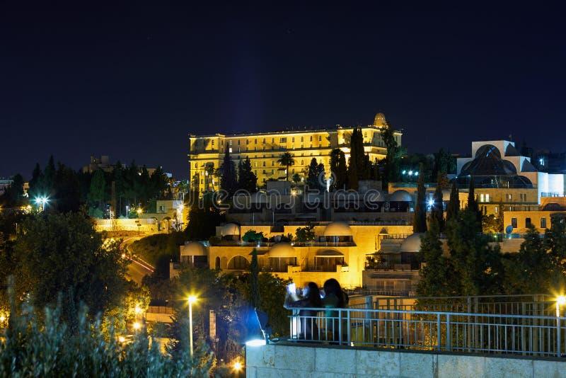 Άποψη της Ιερουσαλήμ τη νύχτα με τον όμορφο φωτισμό στοκ εικόνα