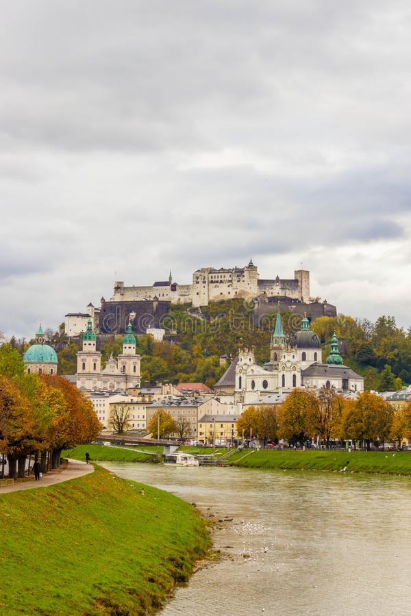 Άποψη της ιστορικής πόλης του Σάλτζμπουργκ πέρα από τον ποταμό Salzach, με το φεστιβάλ στοκ εικόνες