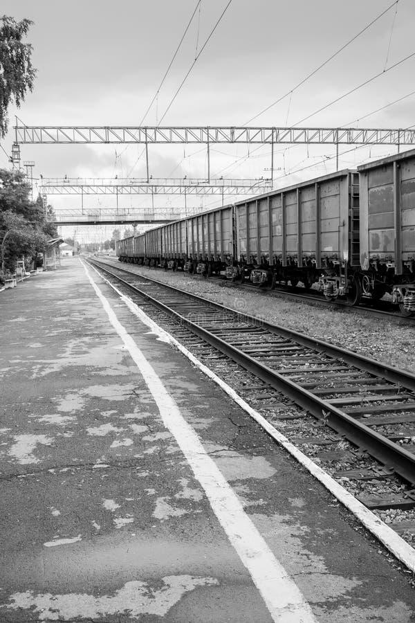 Άποψη της κενών πλατφόρμας σιδηροδρόμων και του φορτηγού τρένου στοκ εικόνες