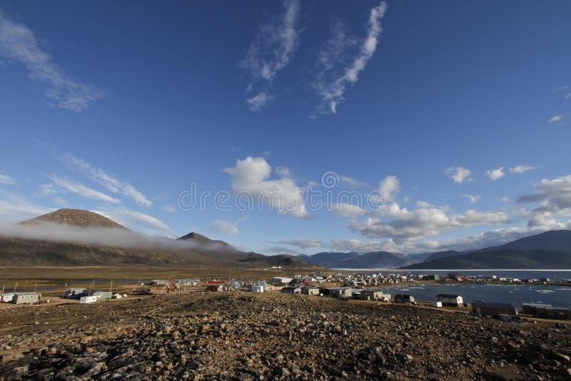 Άποψη της κοινότητας Qikiqtarjuaq με μια άποψη ενός βουνού στο υπόβαθρο στο νησί Broughton στοκ φωτογραφίες με δικαίωμα ελεύθερης χρήσης