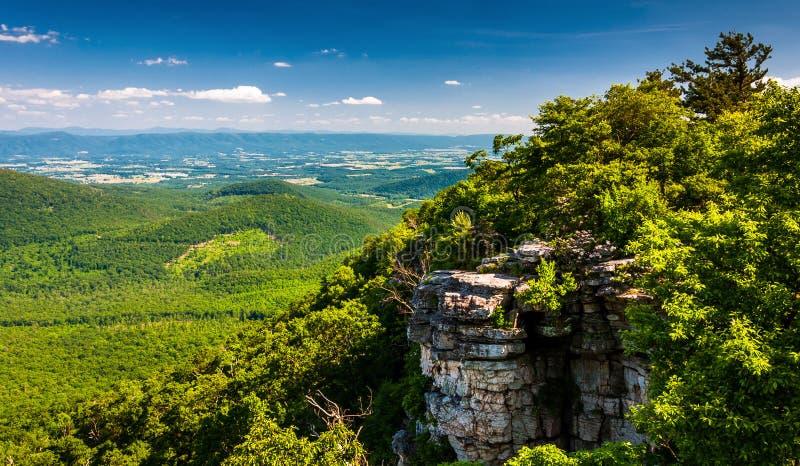 Άποψη της κοιλάδας και των απότομων βράχων Shenandoah που βλέπουν από μεγάλο Schloss, Βιρτζίνια στοκ φωτογραφία