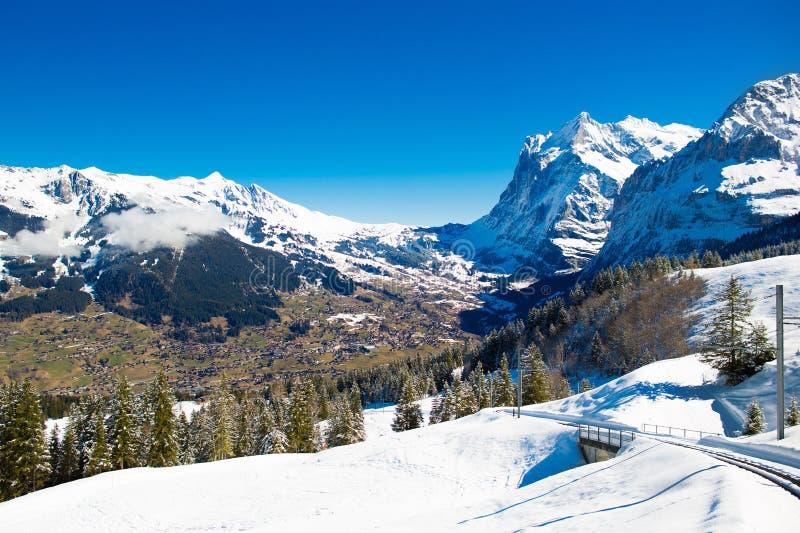 Άποψη της κοιλάδας και των βουνών στην Ελβετία στοκ εικόνες