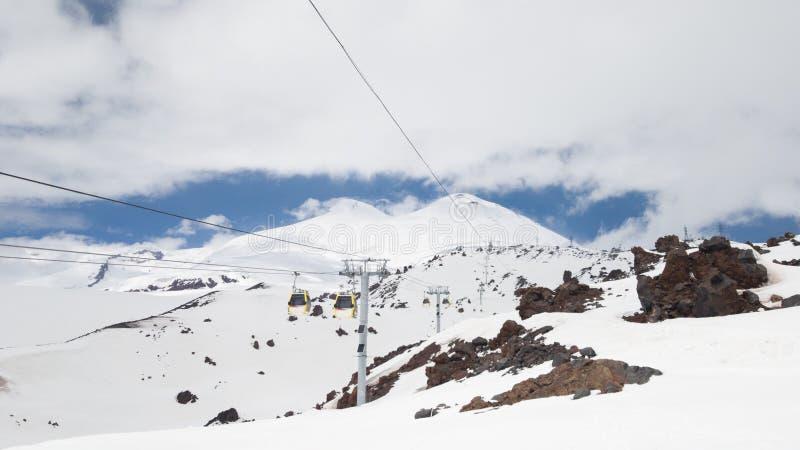 Άποψη της κορυφής του υποστηρίγματος Elbrus από το τελεφερίκ στο σταθμό Mir Ταξίδι στη Ρωσία στοκ φωτογραφίες