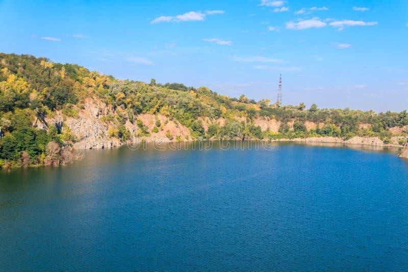Άποψη της λίμνης στο εγκαταλειμμένο λατομείο στο καλοκαίρι στοκ φωτογραφία με δικαίωμα ελεύθερης χρήσης