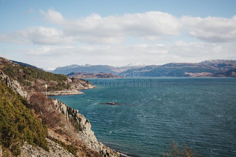 Άποψη της λίμνης Carron, Σκωτία, μια ηλιόλουστη ημέρα στοκ φωτογραφίες