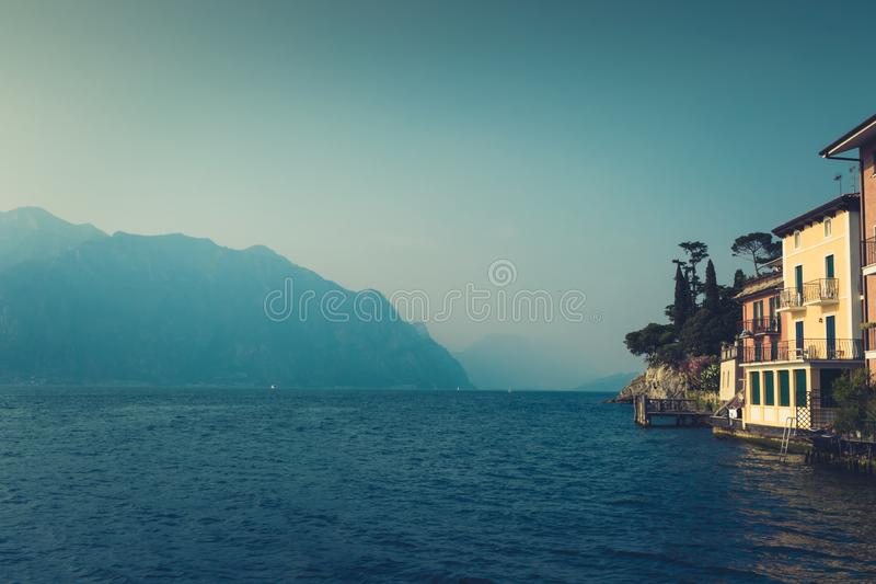 Άποψη της λίμνης Garda σε Malcesine, τα ζωηρόχρωμες σπίτια και τις Άλπεις στο  στοκ εικόνες