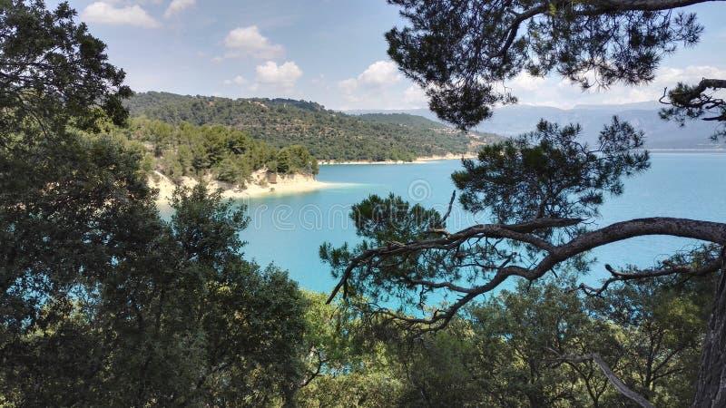 Άποψη της λίμνης Sainte Croix du Verdon μέσω των δέντρων, στην Προβηγκία, Γαλλία, Ευρώπη στοκ εικόνα