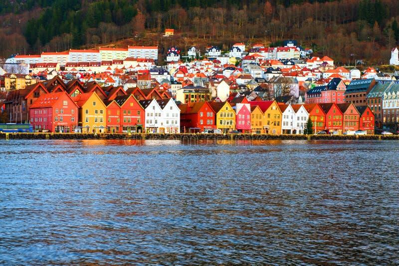 Άποψη της λιμενικής παλαιάς πόλης Bryggen στο Μπέργκεν, Νορβηγία κατά τη δ στοκ εικόνες