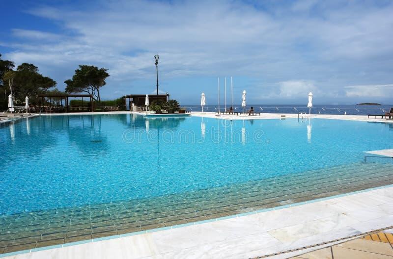 Άποψη της μεγάλης λίμνης και της μπλε θάλασσας στην Ελλάδα στοκ εικόνες