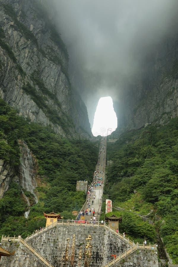 Άποψη της μεγαλοπρεπών σπηλιάς Tianmen και των σκαλών του βουνού Tianmen στοκ φωτογραφία με δικαίωμα ελεύθερης χρήσης