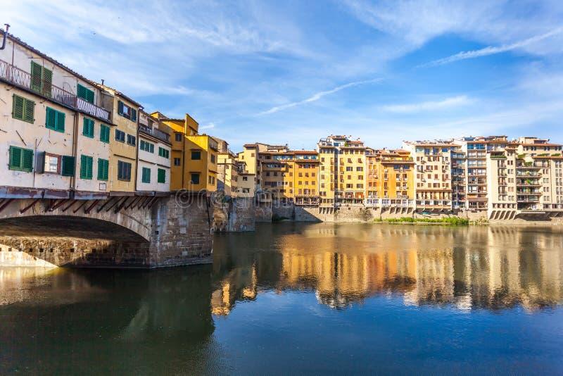 Άποψη της μεσαιωνικής γέφυρας Ponte Vecchio πετρών και του ποταμού ι Arno στοκ φωτογραφία με δικαίωμα ελεύθερης χρήσης