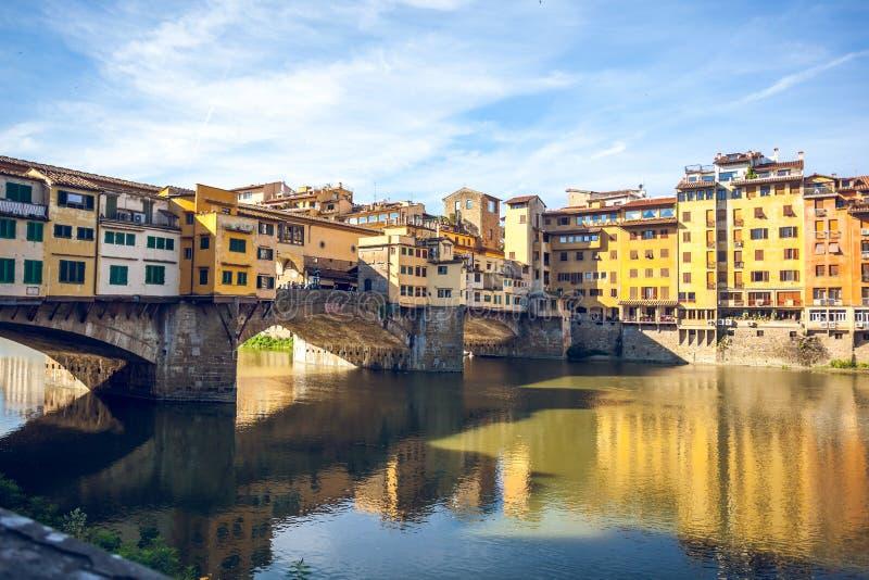 Άποψη της μεσαιωνικής γέφυρας Ponte Vecchio πετρών και του ποταμού ι Arno στοκ εικόνα με δικαίωμα ελεύθερης χρήσης