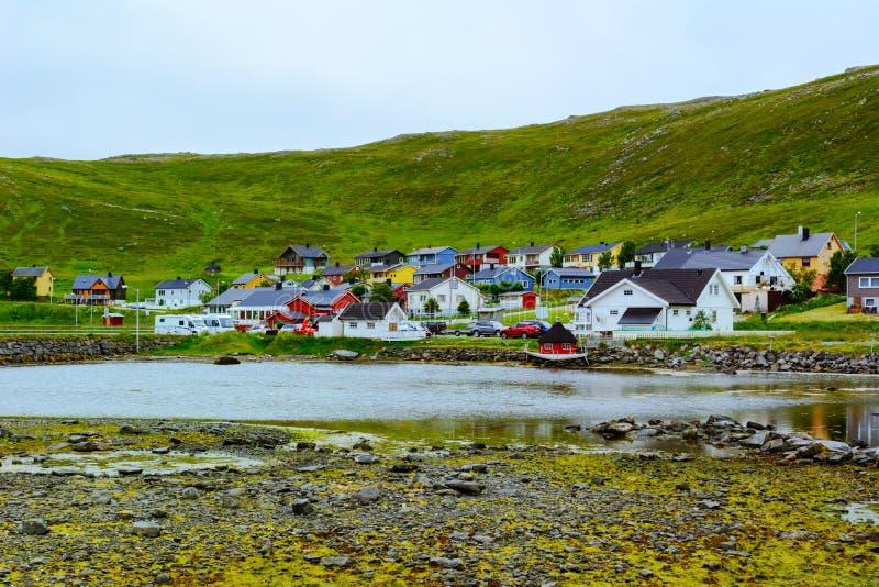 Άποψη της μικρής πόλης στην αυστηρή φύση της βόρειας Νορβηγίας στοκ εικόνα με δικαίωμα ελεύθερης χρήσης