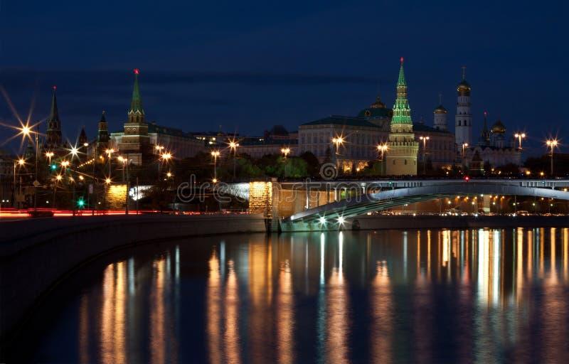 Άποψη της Μόσχας Κρεμλίνο και του αναχώματος του Κρεμλίνου του ποταμού της Μόσχας το βράδυ στοκ φωτογραφία με δικαίωμα ελεύθερης χρήσης