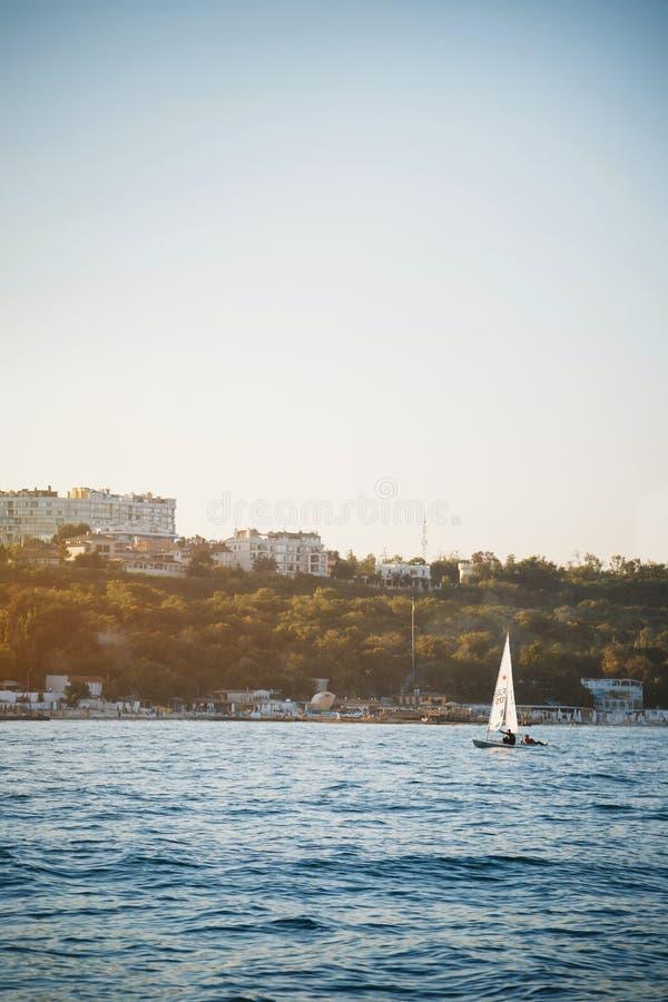Άποψη της Νίκαιας μικρό sailboat, γιοτ που πλέει στο ηλιοβασίλεμα στο regatta στοκ φωτογραφία