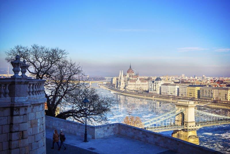 Άποψη της Νίκαιας σχετικά με τη διάσημα γέφυρα και το Κοινοβούλιο αλυσίδων στη Βουδαπέστη, Ουγγαρία στοκ φωτογραφία με δικαίωμα ελεύθερης χρήσης
