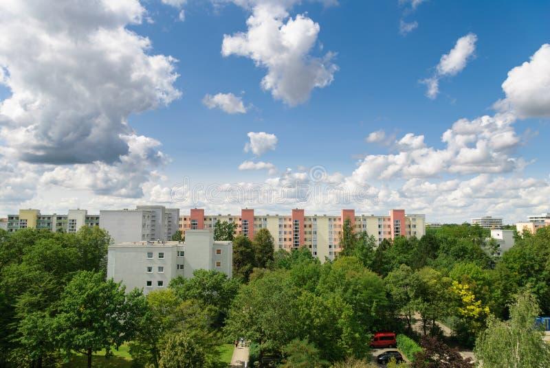 Άποψη της Νίκαιας των κτηρίων, των δέντρων και του νεφελώδους ουρανού στο Μόναχο - Neuperlach στοκ φωτογραφίες με δικαίωμα ελεύθερης χρήσης