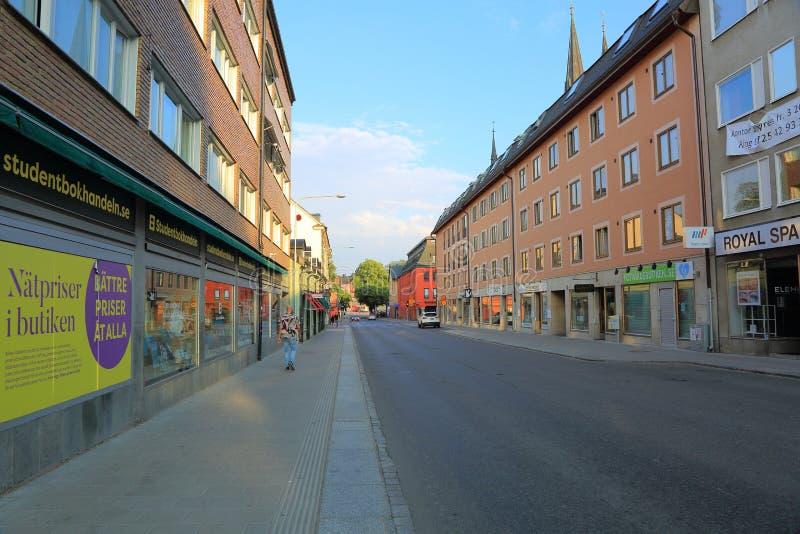 Άποψη της οδού της Ουψάλα, Σουηδία, Ευρώπη Κόκκινα κτήρια στο υπόβαθρο μπλε ουρανού στοκ φωτογραφία με δικαίωμα ελεύθερης χρήσης