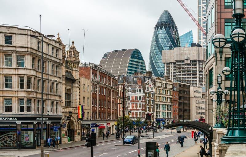 Άποψη της οδού Bishopsgate, στο cty του Λονδίνου στοκ εικόνες