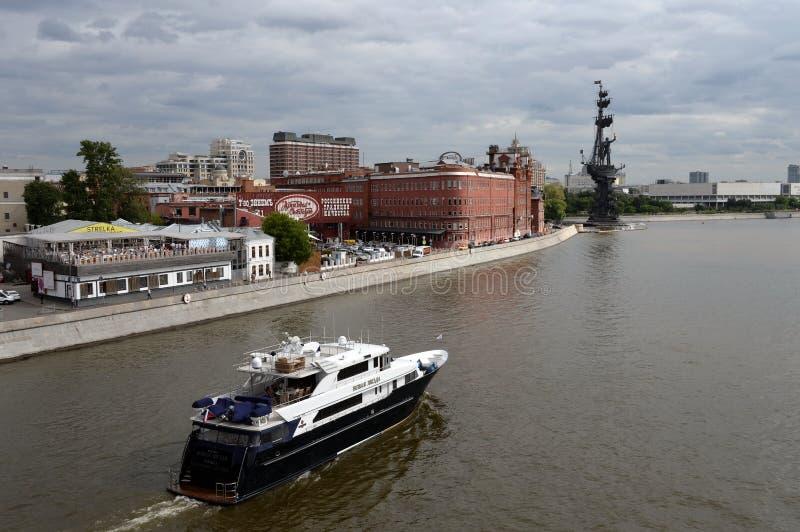 """Άποψη της οικοδόμησης """"κόκκινος Οκτώβριος """"εργοστασίων και το μνημείο στο Μέγας Πέτρο από τη γέφυρα του πατριάρχη στη Μόσχα στοκ φωτογραφίες με δικαίωμα ελεύθερης χρήσης"""