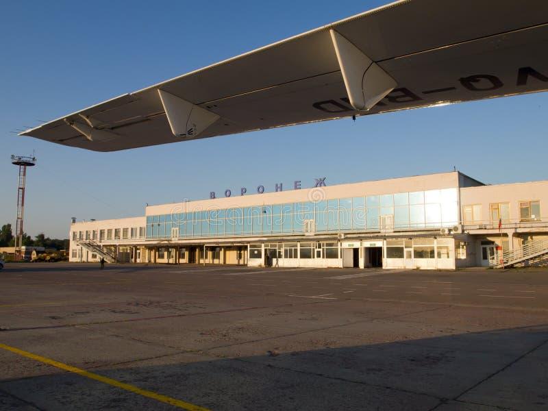 Άποψη της οικοδόμησης του αερολιμένα της πόλης Voronezh από το αεροδρόμιο, Ρωσία στοκ φωτογραφία