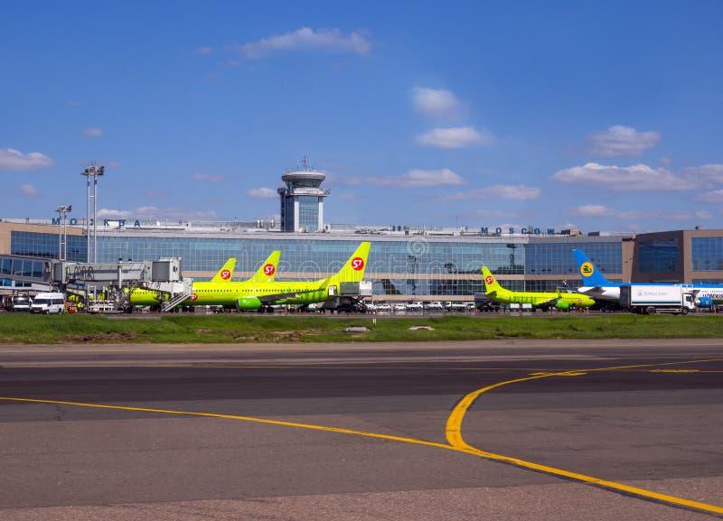 Άποψη της οικοδόμησης του τερματικού επιβατών του αερολιμένα και των αεροπλάνων Domodedovo που αντιμετωπίζουν τον στοκ εικόνες με δικαίωμα ελεύθερης χρήσης