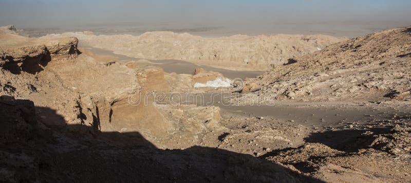 Άποψη της οροσειράς de Λα Sal, άσπρο άλας που προκύπτει από τους βράχους, αλατούχα βουνά στην έρημο Atacama, Άνδεις - Χιλή στοκ εικόνες