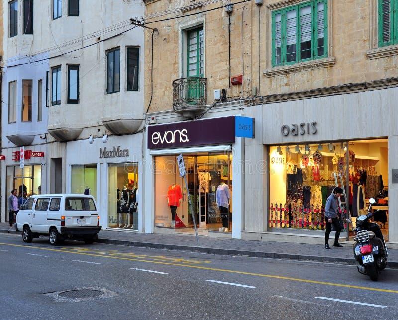 Άποψη της οδού αγορών στην πόλη Sliema, Μάλτα στοκ φωτογραφία