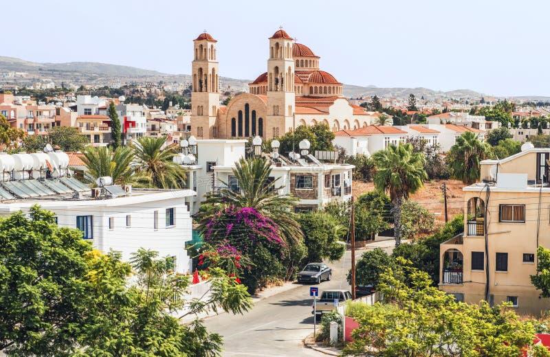 Άποψη της Πάφος με τον ορθόδοξο καθεδρικό ναό του επιβάρυνσης Anargyroi, Κύπρος στοκ εικόνα