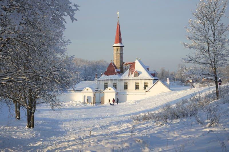 Άποψη της παγωμένης ημέρας Ιανουαρίου παλατιών κοινοβίων Γκάτσινα στοκ εικόνες