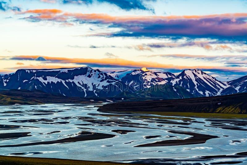 Άποψη της παγωμένης λίμνης και του όμορφου βουνού στο evenin στοκ εικόνα