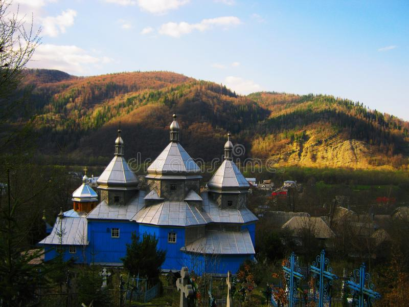 Άποψη της παλαιάς Ορθόδοξης Εκκλησίας και του νεκροταφείου στο δάσος στοκ εικόνα με δικαίωμα ελεύθερης χρήσης
